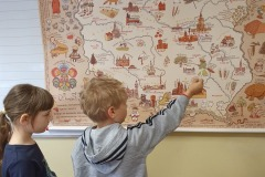 """07.05.2021 Pierwszaki mialy dzisiaj okazję pozwiedzać Polskę """"palcem po mapie"""". Zajęcia wywołały wiele emocji, a mapa do końca dnia cieszyła się ogromnym zainteresowaniem. Koordynatorzy p. Lebida i p. Tokarczyk"""