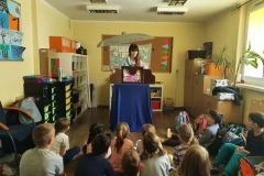 """12.03.2021 """"Czytam sobie I klasa"""", nasi uczniowie mieli okazję wziąć udział w przedstawieniu kamishibai """"Pinokio"""". Zwiedzili również szkolną bibliotekę, zapoznali się z zasadami jakie w niej obowiązują.  Każdy uczeń został pasowany na młodego czytelnika i od dzisiaj wspaniały świat książek czeka na niego z niecierpliwością.  Uczniowie otrzymali karty młodego czytelnika, a klasowy kącik czytelniczy został oficjalnie otwarty. Koordynatorzy p. Lebida i p. Tokarczyk"""